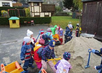 Erst kam ein großer Laster und dann lag da viel Sand!