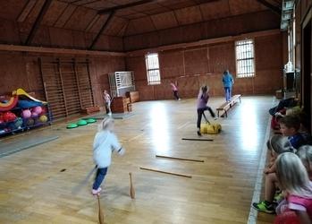 Sport frei - Straußenrennen in der Turnhalle